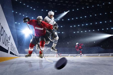 Hockey-Spieler schießt den Puck und Angriffe Standard-Bild - 54549921