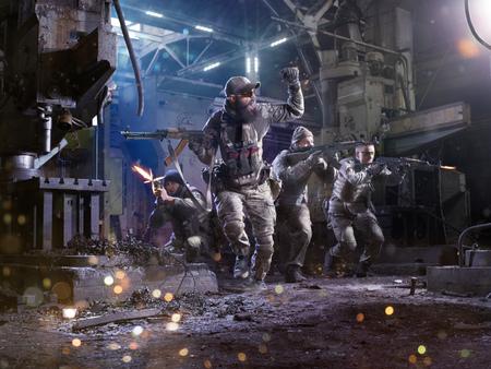 Soldados de las fuerzas spesial ataca al enemigo en la fábrica Foto de archivo - 55589563