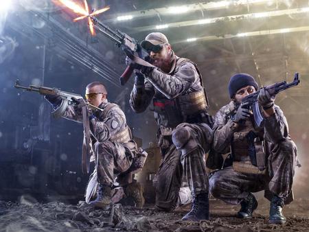 特殊部隊の兵士は、工場で敵を攻撃します。 写真素材