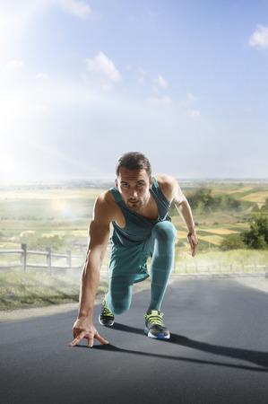 uomo rosso: Esecuzione di atleta uomo. Maschio sprint corridore durante all'aperto di formazione per la maratona. Athletic fit sport giovane modello di fitness che ventenne in piena lunghezza del corpo sulla strada al di fuori in natura.