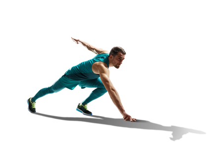ein kaukasisch Mann junge Sprinter läufer laufen in der Silhouette Studio auf weißem Hintergrund