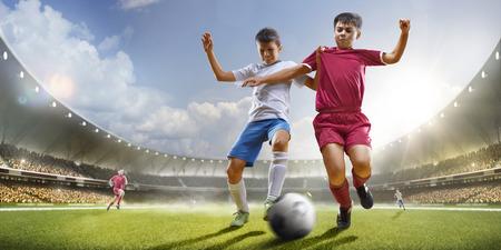 어린이는 sunlights에서 그랜드 경기장에서 축구를 재생