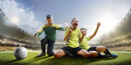그랜드 경기장에서 어린이 축구 경기에서 승리를 Selebration