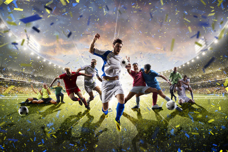 pelota de futbol: Collage de los jugadores adultos y niños de fútbol en la acción sobre el panorama de fondo estadio Foto de archivo