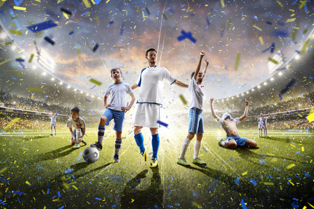 futbol infantil: Collage de los jugadores adultos y ni�os de f�tbol en la acci�n sobre el panorama de fondo estadio Foto de archivo