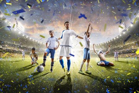 Collage von Erwachsenen und der Kinder-Fußball-Spieler in Aktion auf dem Stadion Hintergrund Panorama Standard-Bild