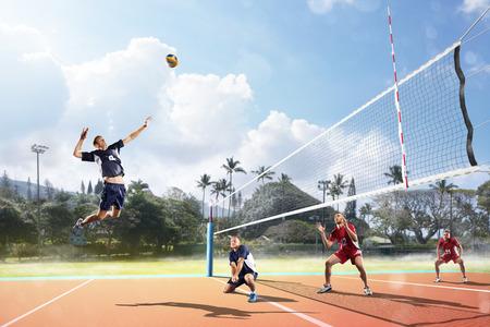 giocatori di pallavolo professionista in azione sul campo all'aperto