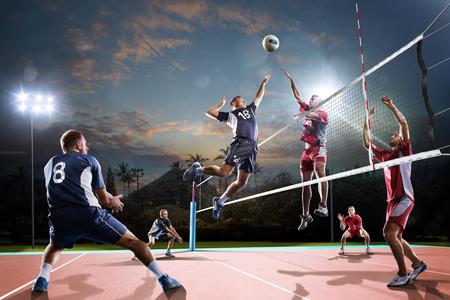 hombre: jugadores de voleibol profesional en la acción en la cancha al aire libre