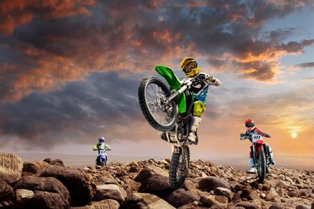 バルカンの上に勇敢なプロ バイク ライダー 写真素材