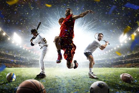 Jugadores para practicar diversos deportes en el collage de acción sobre Grand Arena Foto de archivo - 70254858