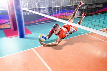Professionele volleyballspeler die in actie op de grand arena vliegt