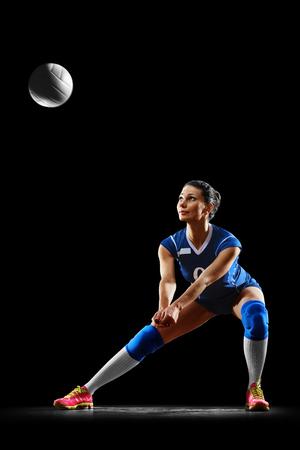 검정에 격리 된 여성 전문 배구 선수 스톡 콘텐츠