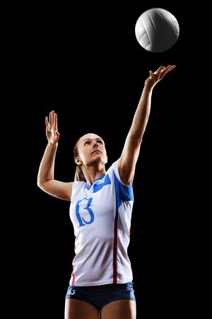 Jogador de voleibol profissional feminino isolado no preto Foto de archivo - 82856478