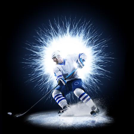 De ijshockeyspeler schaatst op een abstracte achtergrond