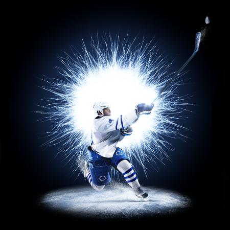 アイスホッケー選手は抽象的な背景にスケートをしています