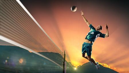 joueur de volley-ball professionnel mâle en action au coucher du soleil