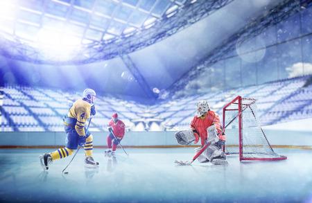 Professionelle Hockeyspieler in Aktion auf der großen Arena