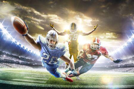 piłkarze futbolu amerykańskiego na wielkiej arenie akcji Zdjęcie Seryjne