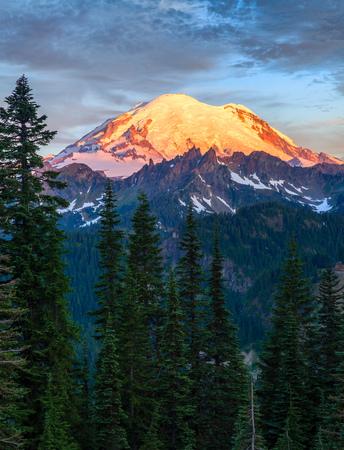 Mount Rainier at sunrise in Mount Rainier National Park, Washington, USA Banco de Imagens