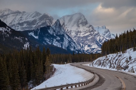 A cold winter day along highway 40 in Peter Lougheed Provincial Park, Kananaskis, Canadian Rocky Mountains, Alberta, Canada Imagens