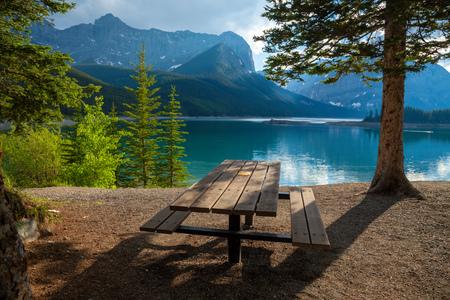 Un site de pique-nique à Upper Kananaskis Lake dans les montagnes Rocheuses canadiennes, Alberta, Canada Banque d'images