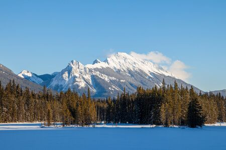 A beautiful winter day in the mountains of Kananaskis in Peter Lougheed Provincial Park, Alberta, Canada Banco de Imagens