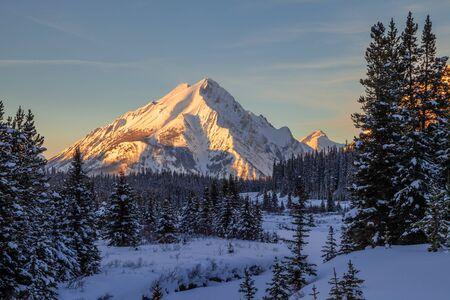 Tramonto sul monte Nestor in Spray Valley Provincial Park a Kananaskis, Alberta, Canada Archivio Fotografico