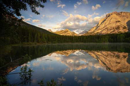 Sunrise at Wedge Pond, Kananaskis Country, Canadian Rocky Mountains, Alberta, Canada Banco de Imagens - 130439751