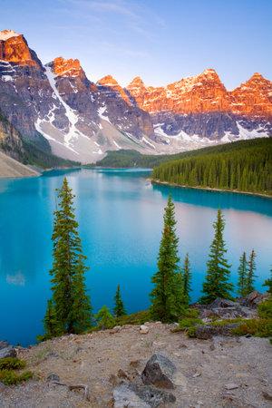 Sunrise at Morraine Lake in Banff National Park, Alberta, Canada Banco de Imagens