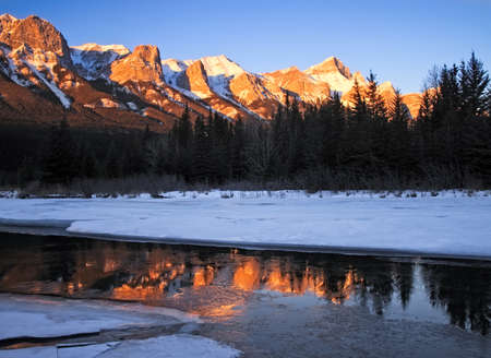 Mount Rundle and the Bow River in winter from Canmore, Alberta, Canada Banco de Imagens