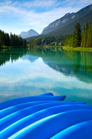 Blue rental canoes along the Bow River in Banff National Park, Alberta, Canada Banco de Imagens