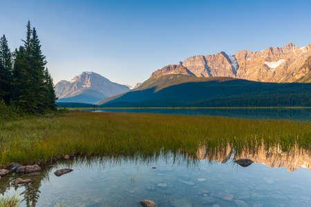 Howse Peak relected in Waterfowl Lake in Banff National Park, Alberta, Canada at sunrise Banco de Imagens