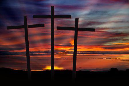 Tre croci cristiane staglia contro drammatico tramonto rosso radiante  Archivio Fotografico