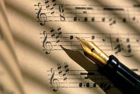 ヴィンテージ万年筆と 100 年の古い汚れたシート音楽の詳細。