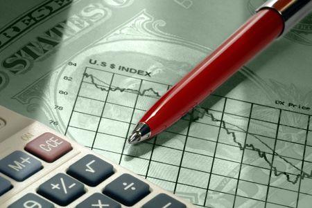 セレクティブ フォーカス超ドルの象徴、赤ペン、電卓、劇的な照明の下で、下向きの動きを示す上課される米ドル為替グラフのクローズ アップ。