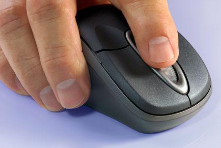 マクロの詳細ワイヤレス コンピューターのマウスと手 写真素材