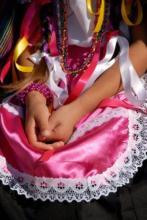 traje mexicano: Muchacha de manos en su regazo Folden en rosa mexicano Vestir Étnicas