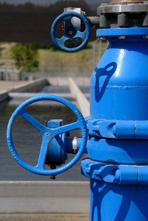 tuberias de agua: Tuber�as de agua dulce, de acero inoxidable y azul pintado, en el criadero Foto de archivo