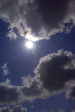 llave de sol: Alto clave Peeking Domingo a partir de nubes de tormenta