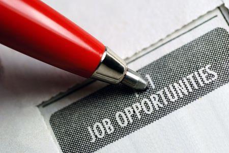 仕事の機会は、赤のペンで広告を分類