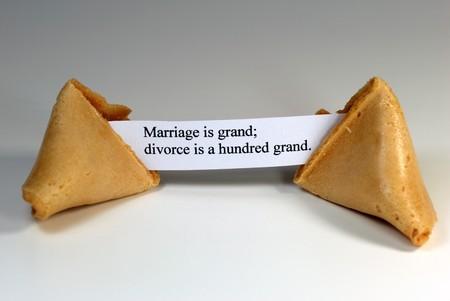 Fortune cookie met de expressie: huwelijk is grand is echtscheiding grand honderd. Stockfoto