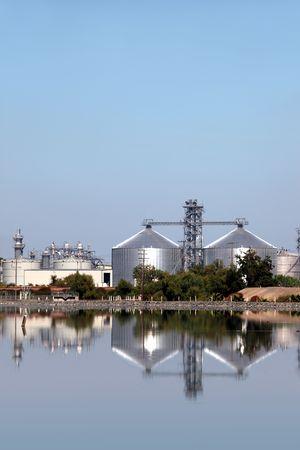production plant: Riflessione di impianto di produzione di etanolo.