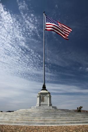 アメリカ国立軍事墓地にアメリカの国旗 写真素材