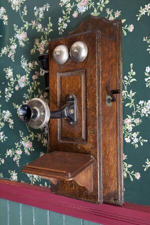 crank: Pared muy vieja colgando de tel�fono de madera. Foto de archivo
