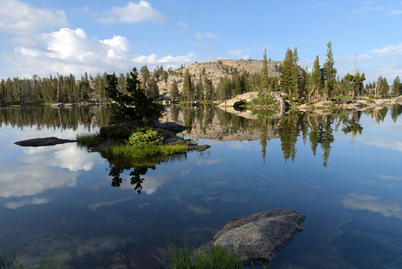 Summer mountain lake reflection with granite, trees, early morning, Emigrant Wilderness, Stanislaus National Forest, California Banco de Imagens