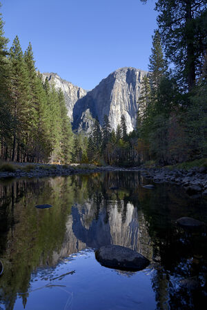 Yosemite Valley in Autumn, reflection of Columbia Point in the Merced River  Banco de Imagens