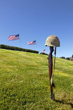 memorial cross: Rifle de Batalla Cruz del soldado caído y volar Banderas ataúd en el cementerio nacional, toda vez que presentan en el funeral militar