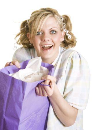 Funny image d'une jeune fille blonde avec de grands yeux bleus, habillé comme une petite fille tenant un présent. Soft focus. Banque d'images - 4205521