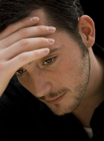 Mood schot van de jonge man die is triest, depressief of niet goed voelen. Stockfoto