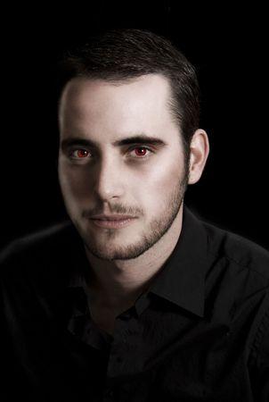 Beeld van een jonge man in het zwart gemanipuleerd te laten uitzien als een vampier